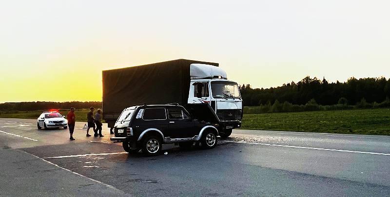 «Нива» въехала в грузовик в поселке Октябрьский