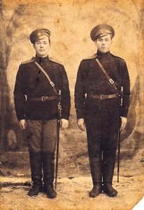 02_Глаза молодых ребят с фотографии старой глядят_Алексей Заварин слева_1914 год