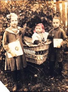 04_Лилечка, Рома и Ниночка Заварины в Мологе_1939 год