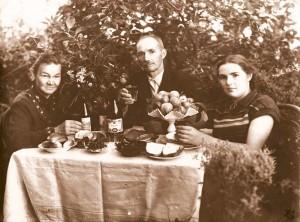05_Нина Алексеевна с родителями в саду дома в Рыбинске