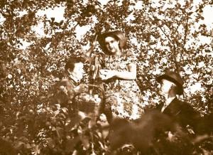 06_Нина Алексеевна с родителями в саду дома в Рыбинске