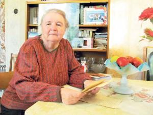 10_Нина Алексеевна Заварина читает письма отца к матери