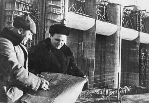 sveryaem-vse-po-chertezham-specialisty-na-stroitelstve-rybinskoj-ges-1941-g