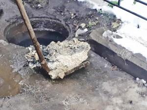 Вот что происходит в дворовом колодце канализации, в который одно из рыбинских кафе сливает свои стоки без жироуловителя