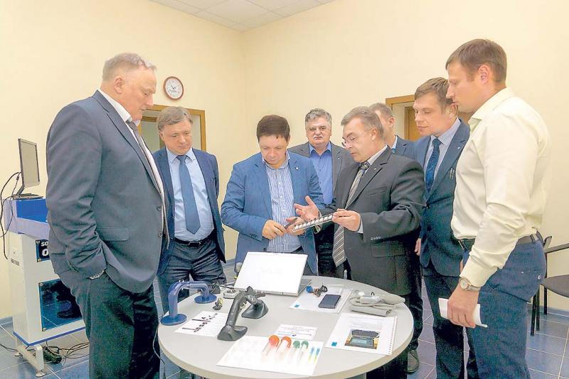 Главный конструктор В,В, Михайлов демонстрирует продукцию руководителям АО Концерн Вега