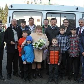 Многодетной семье из Рыбинска подарили микроавтобус