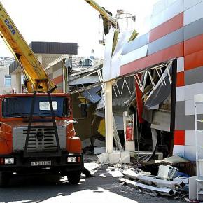 Разрушенный магазин в Рыбинске частично демонтируют