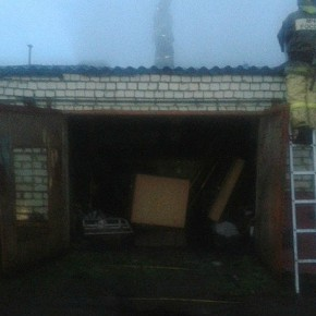 Пожар в гаражах: повреждены четыре машины