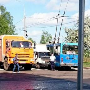 ДТП в Рыбинске: троллейбус столкнулся с Газелью