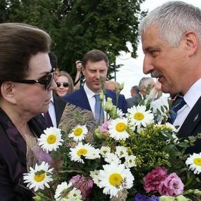 Глава Рыбинска подарил ромашки Терешковой, спустившись на парашюте